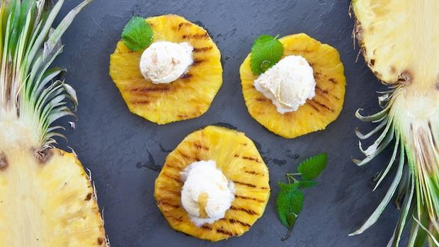 Obst grillen: Ananas mit einer Kugel Eis und frischen Kräutern garniert schmeckt auch von Grill.