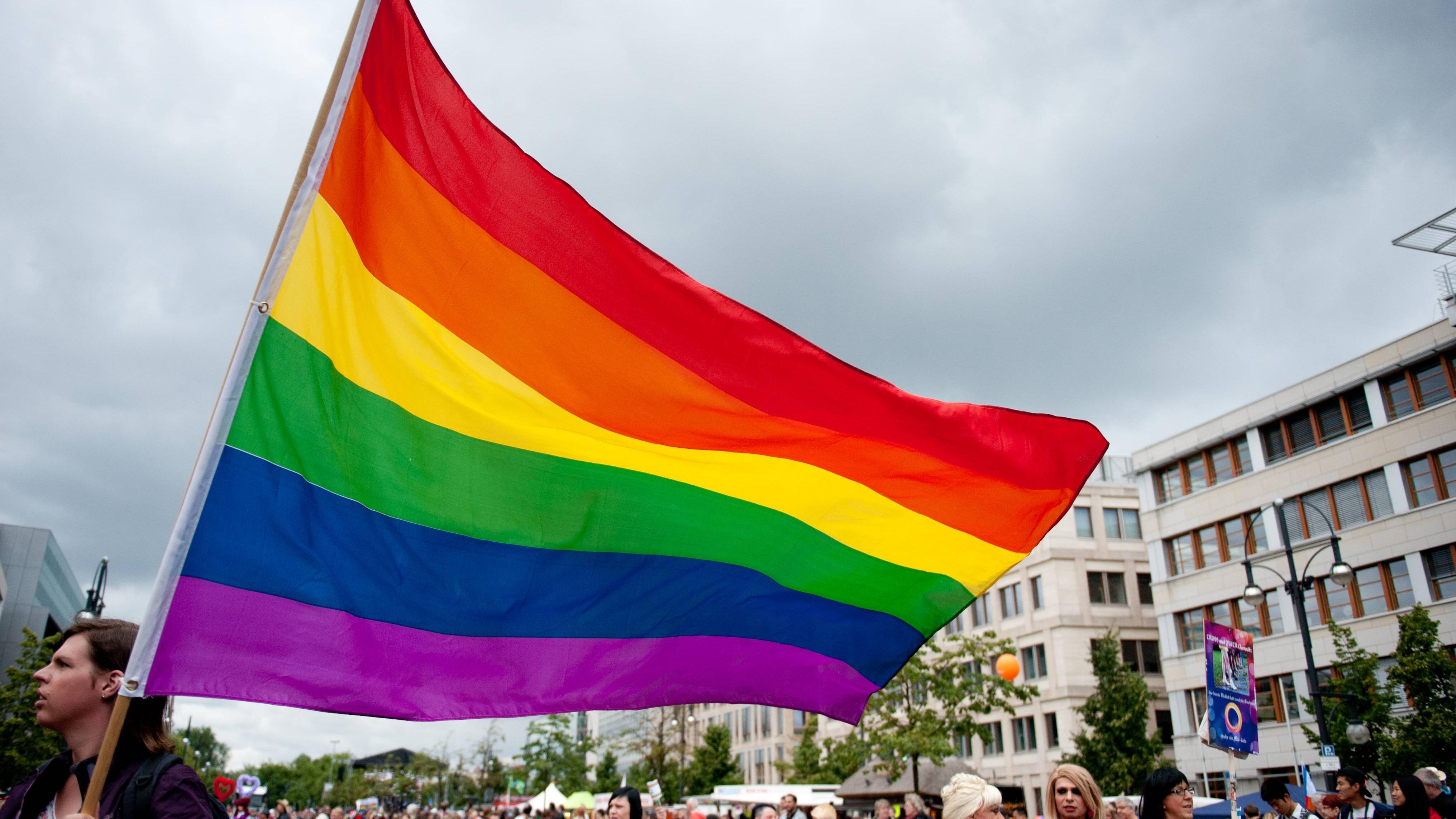 Regenbogenflagge: Bedeutung einfach erklärt