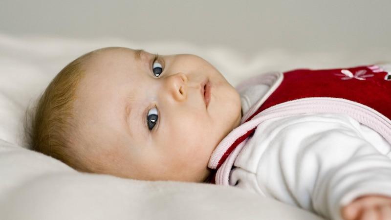Baby fasst sich ständig ans Ohr: Daran kann es liegen