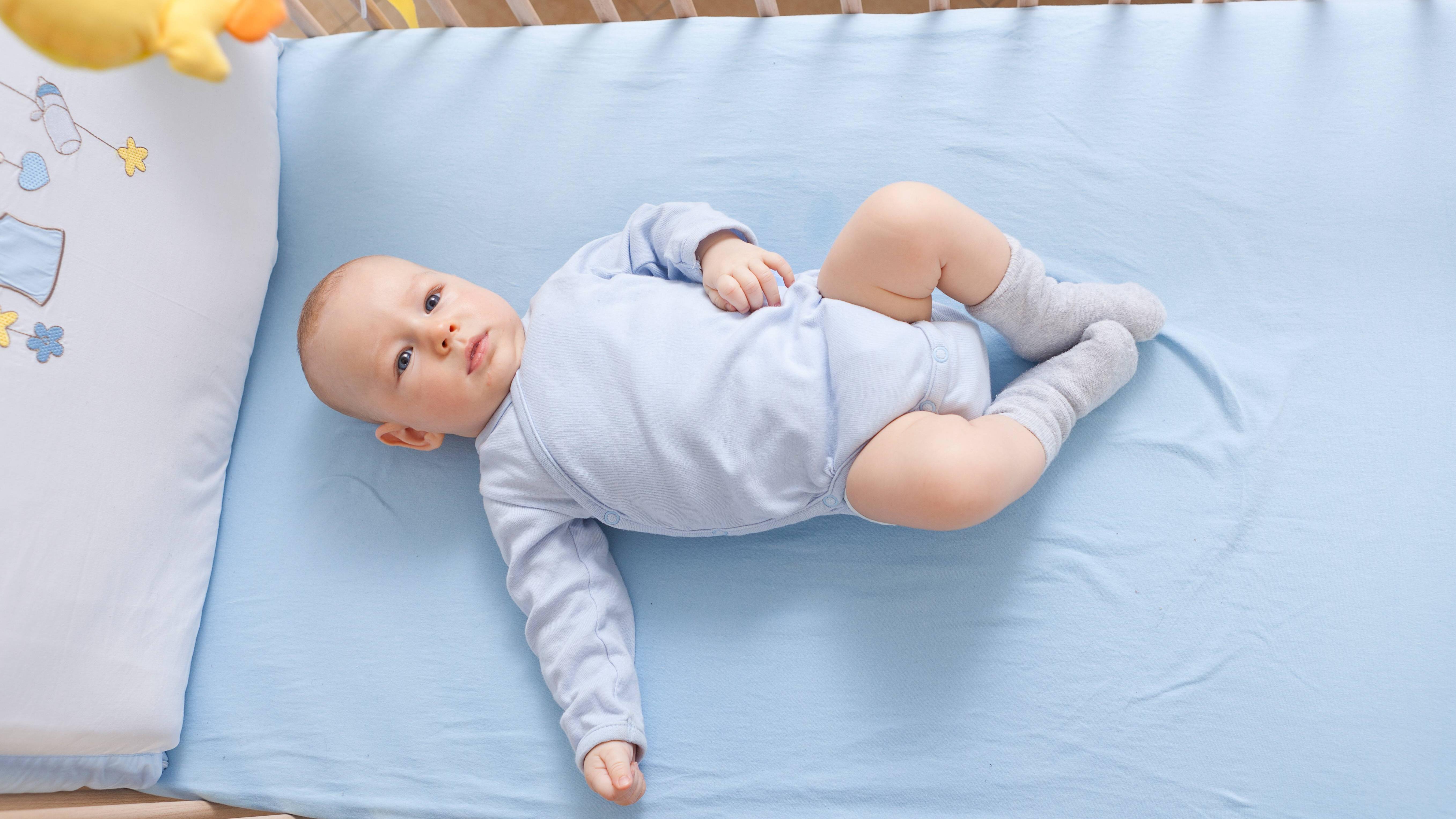 Wie lange ein Baby im Beistellbett schläft, hängt davon ab, wann es mobil wird und einen Rausfallschutz benötigt.