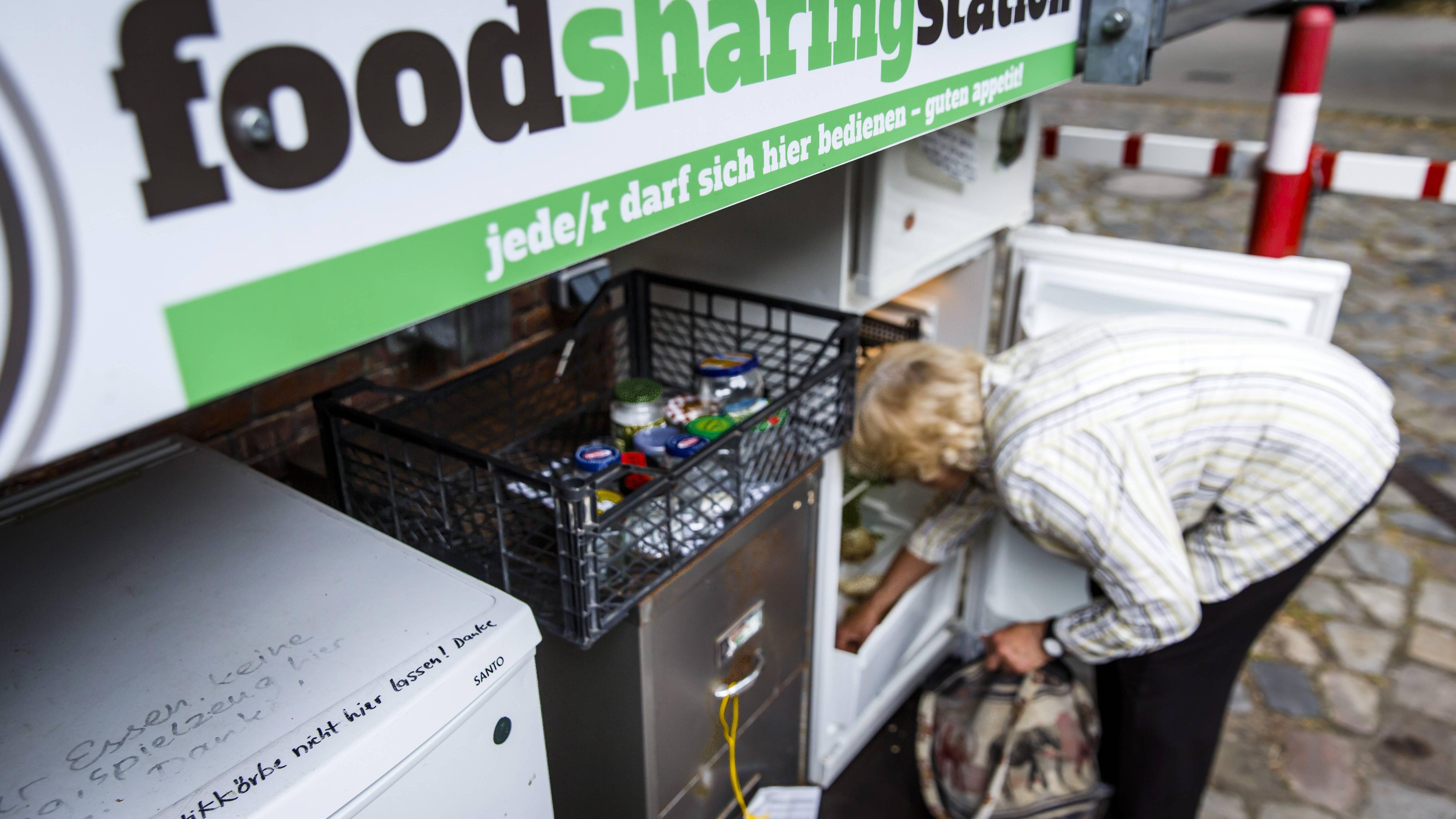Von Foodsharern an foodsharing Stationen hinterlassene Lebensmittel werden von Foodsavern abgeholt.