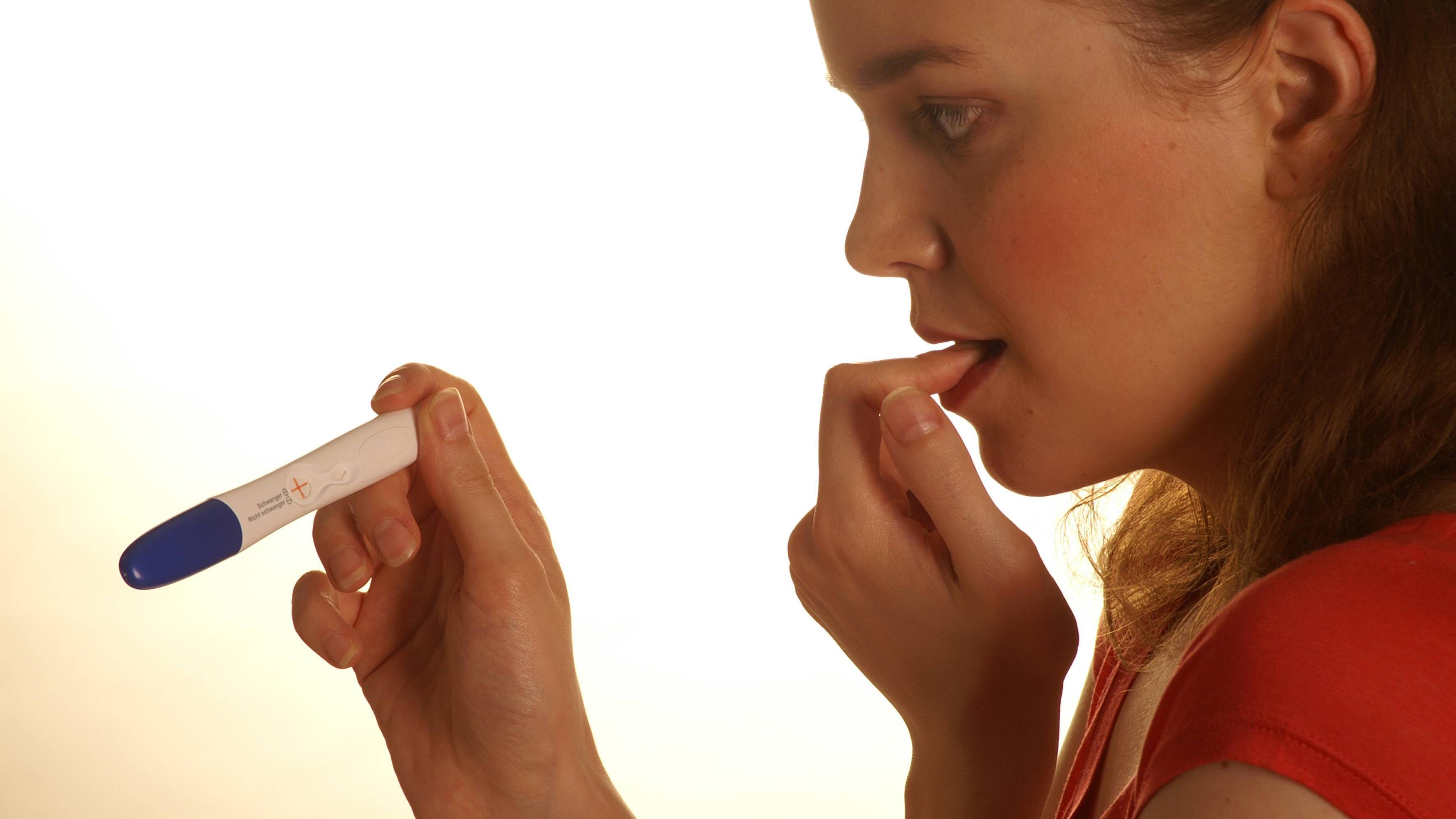 ES +10 Schwangerschaft testen: Symptome und Anzeichen