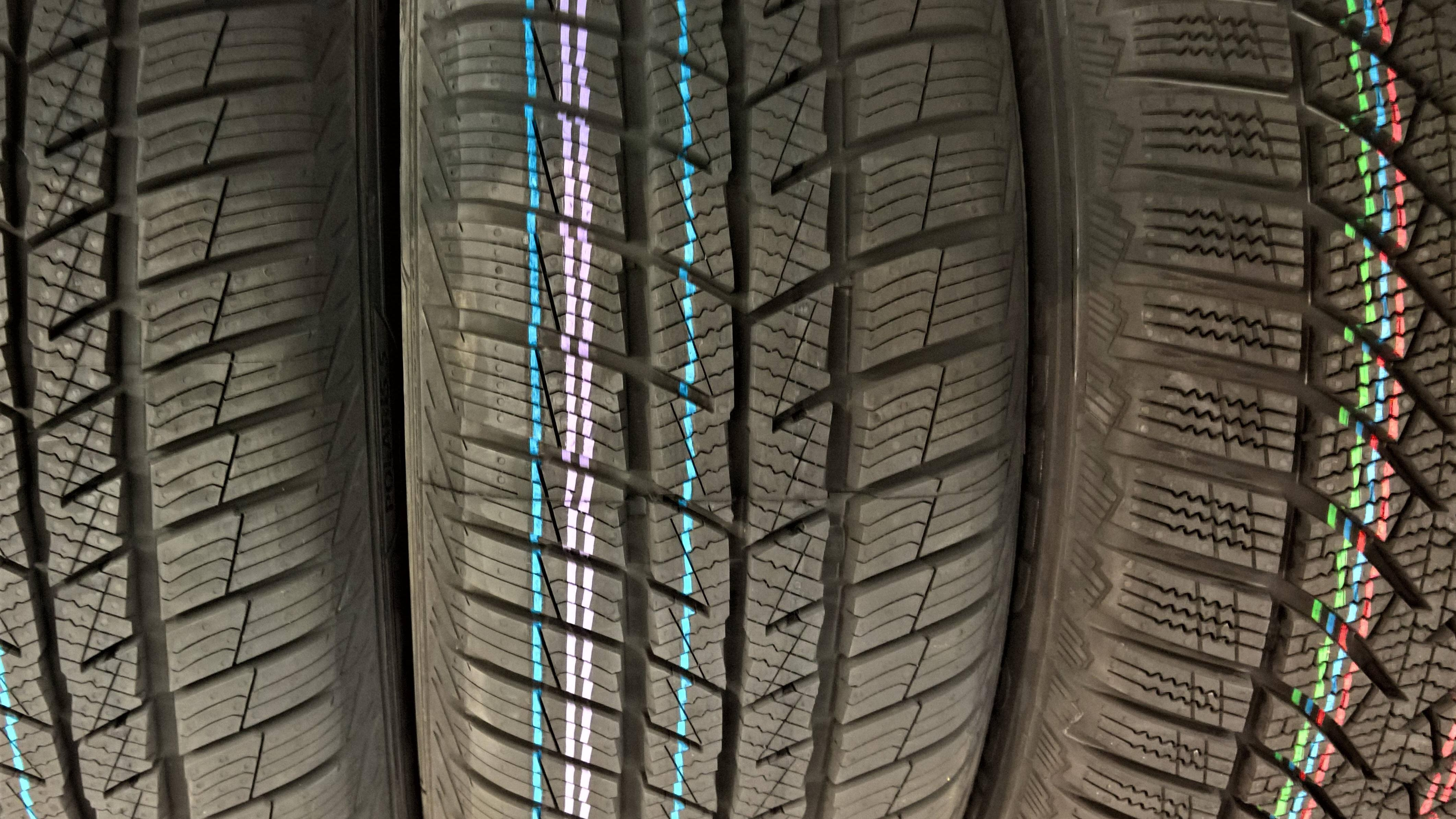 Reifenhersteller bieten zum Teil Eco-Reifen oder Energiesparmodelle an, die weniger Rollwiderstand haben und so spritsparend sind.