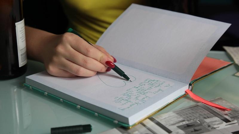 Schreiben Sie Ihre Gefühle auch mit Bildern in einem Tagebuch nieder.