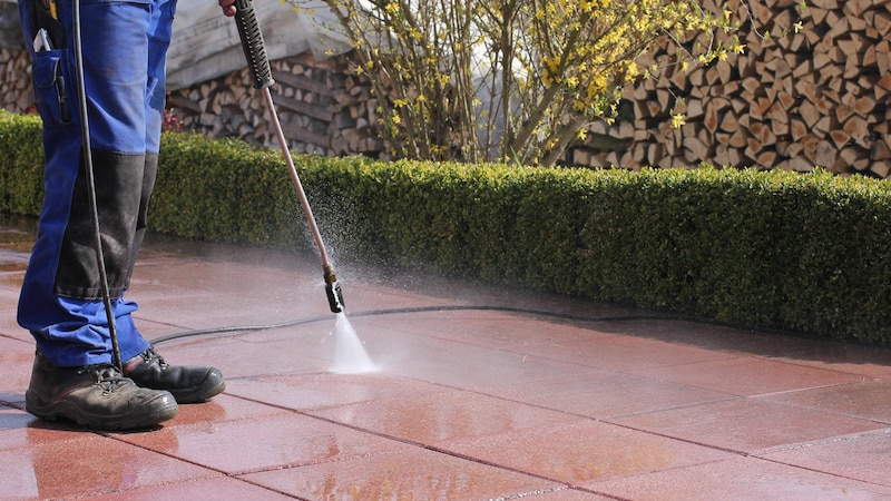 Reinigen Sie Ihre Terrasse mit den richtigen Mitteln.