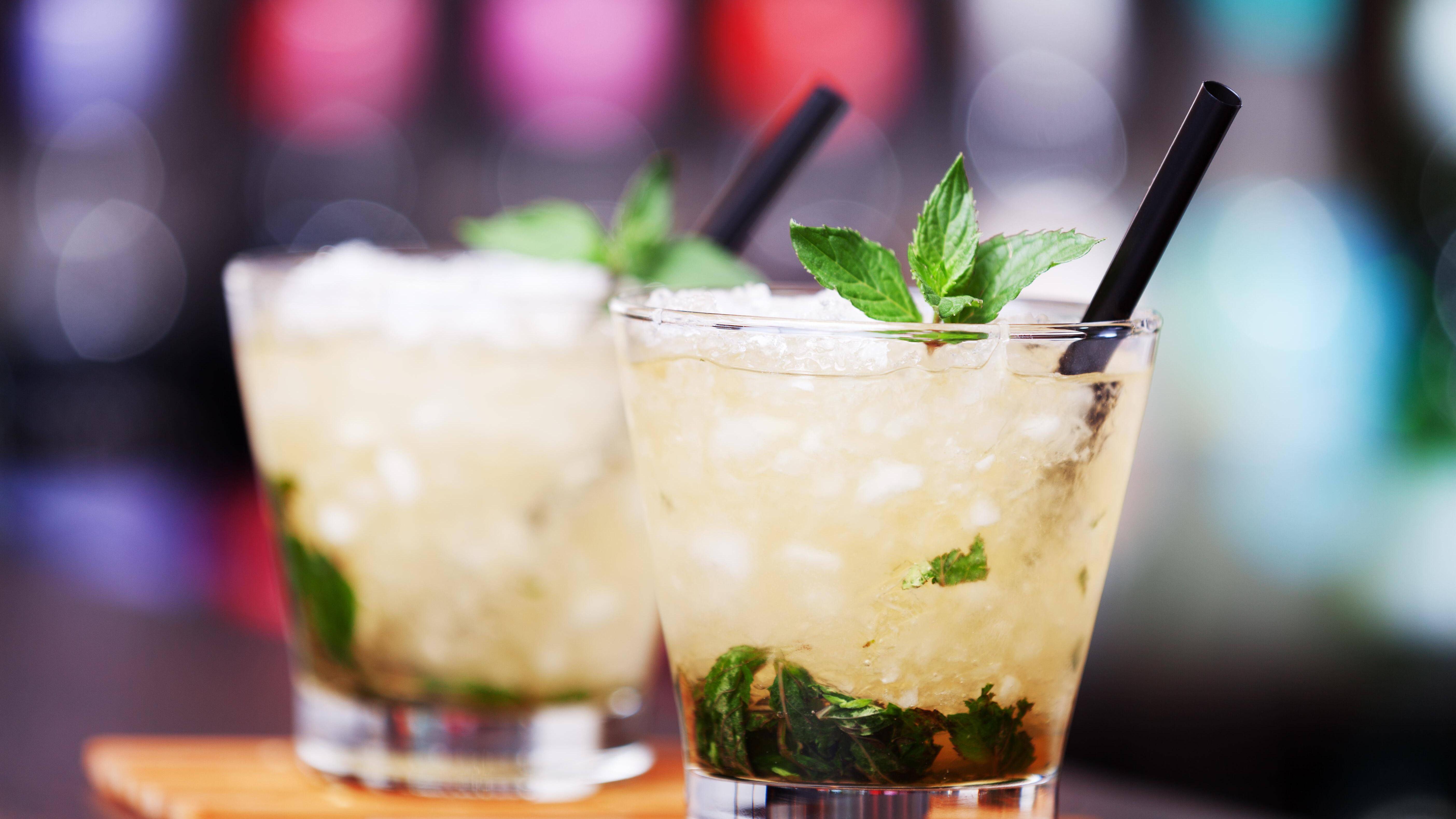Achten Sie im Urlaub auf kalorienärmere Alternativen zu Cocktails und Eis.