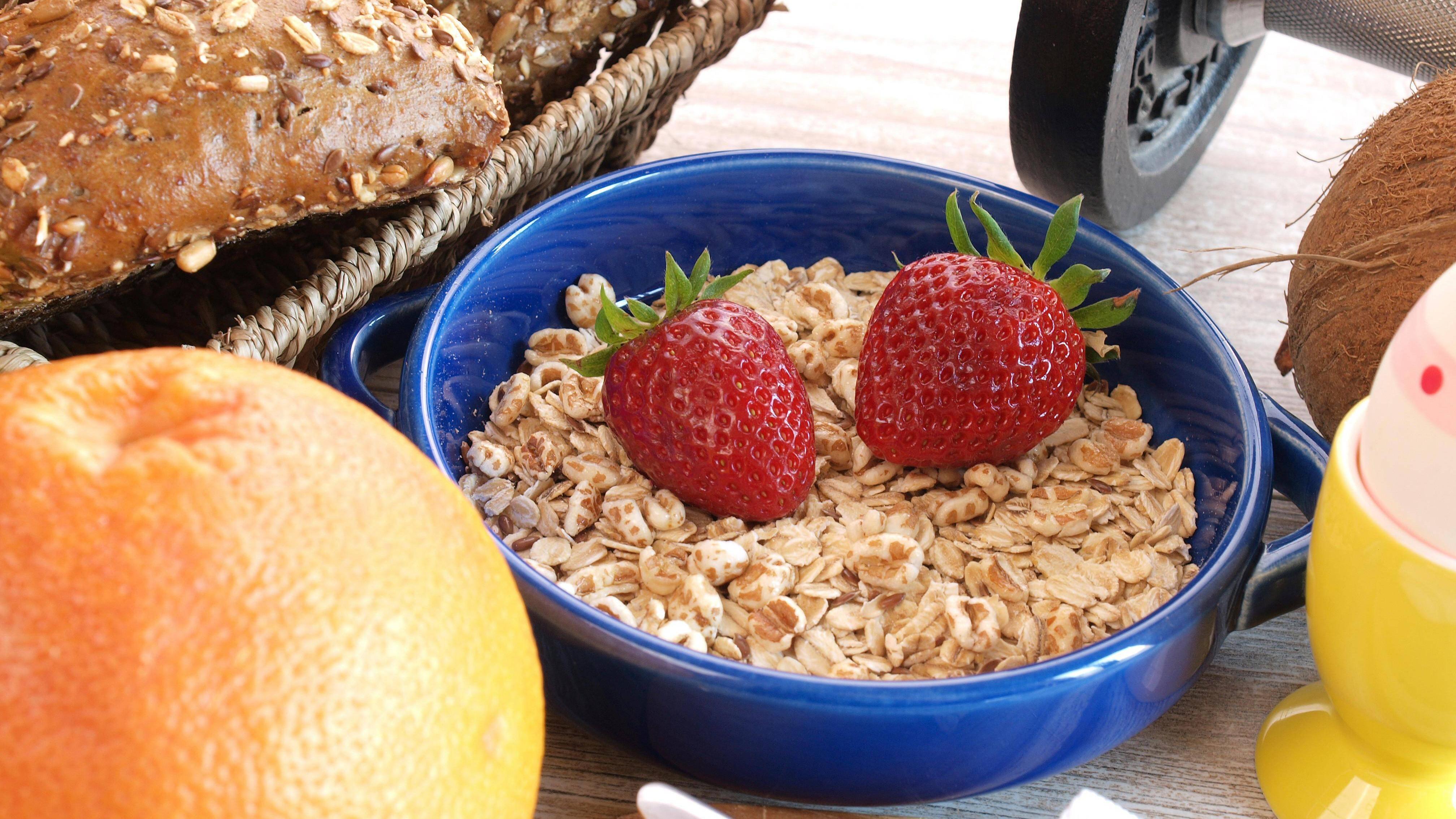 Nehmen Sie ein gesundes Frühstück zu sich, um energiegeladen in den Tag und das Sportprogramm zu starten.