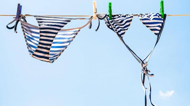 Bikini per Handwäsche waschen und am besten nicht aufhängen, sondern liegend trocknen - so bleiben die Fasern in Form