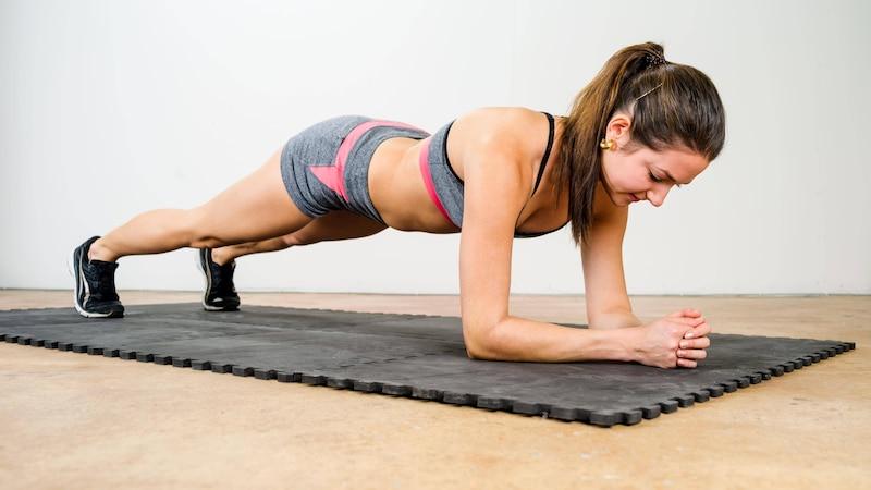 Die Plankübung trainiert Ihren gesamten Oberkörper.