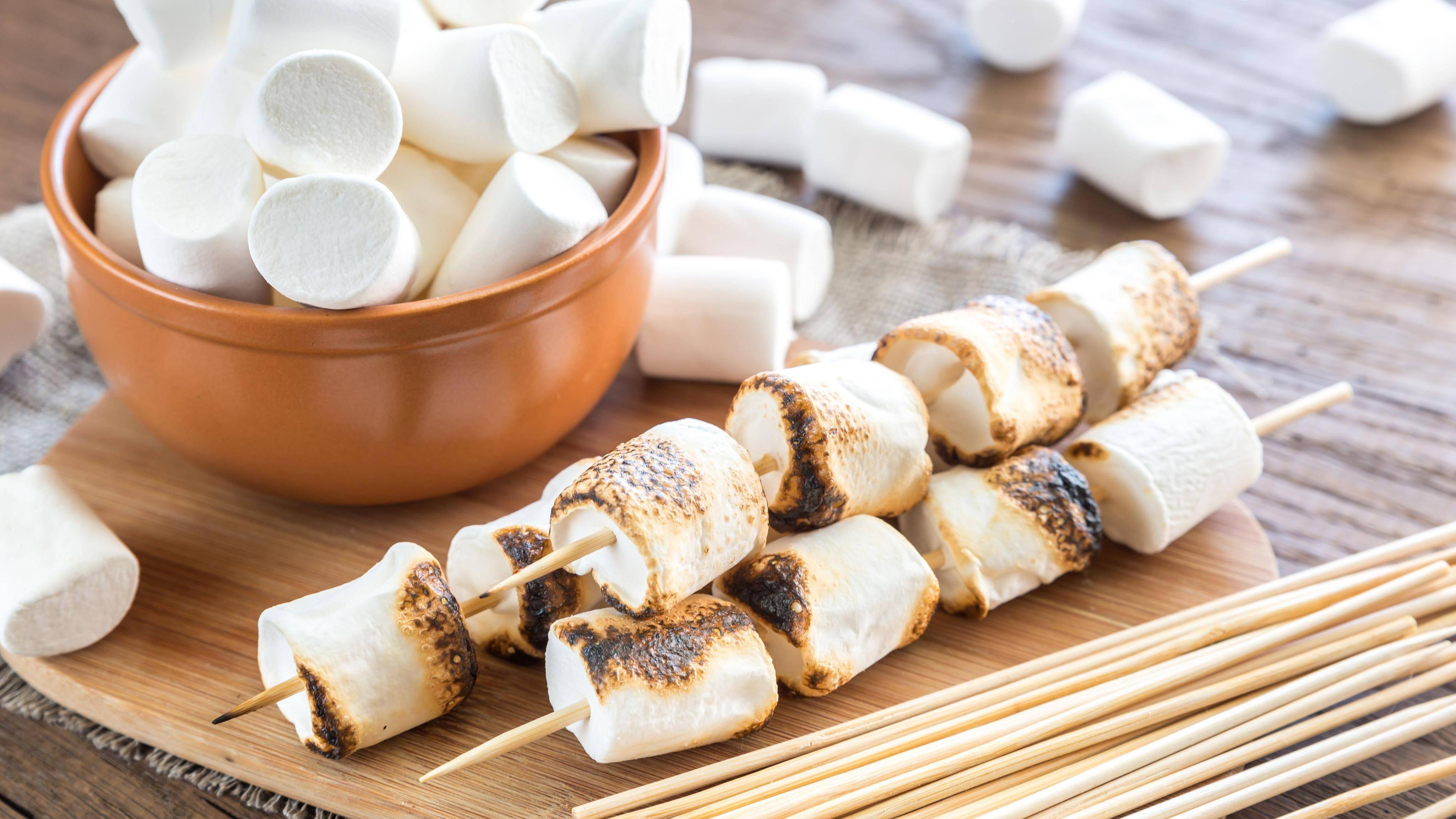 Auf einem normalen Grill lassen sich mehrere Marshmellows gleichzeitig rösten.