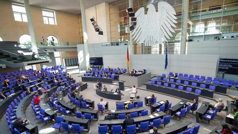 Gehalt von Bundestagsabgeordneten - Was Politiker verdienen übersteigt jegliche Vorstellung eines normalverdienenden Bürgers.
