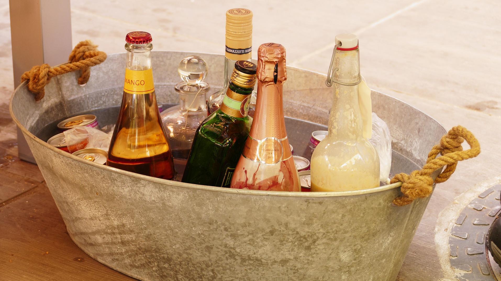 Getränke lassen sich mit einfachen Tipps schnell kühlen.