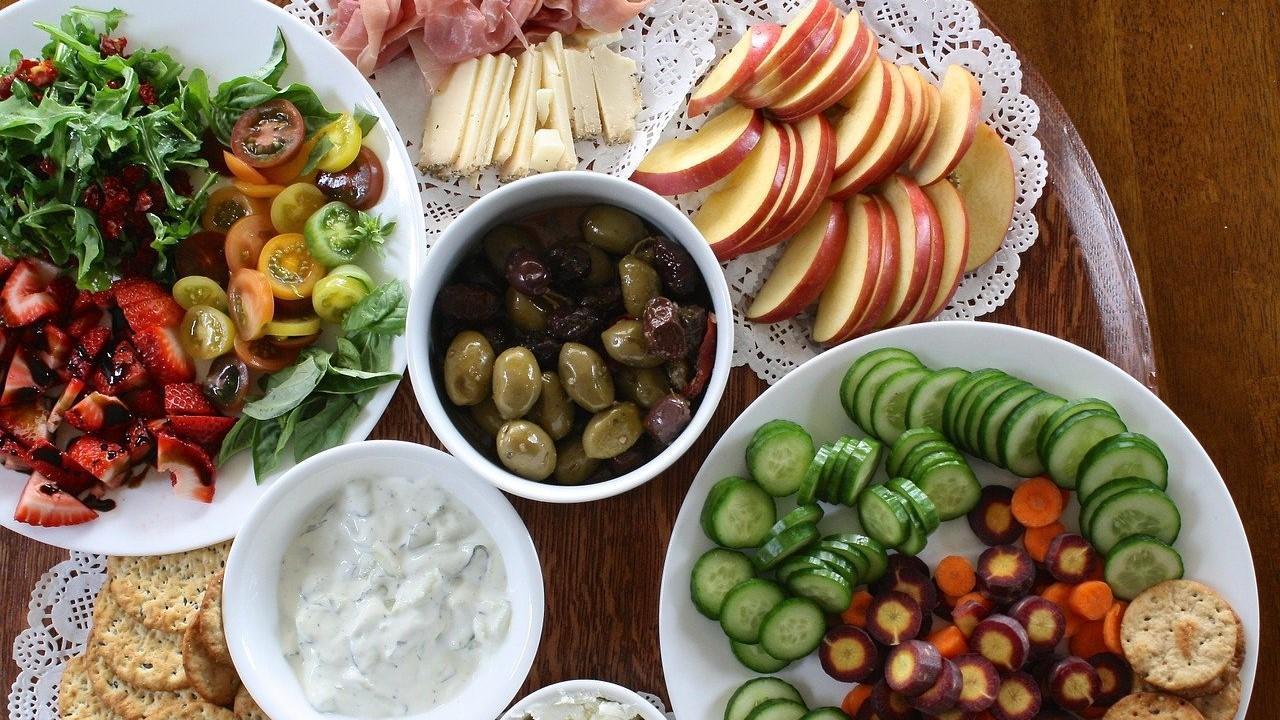 Zu wenig essen kann viele Folgen haben. Achten Sie deshalb auf eine ausgewogene Ernährung.