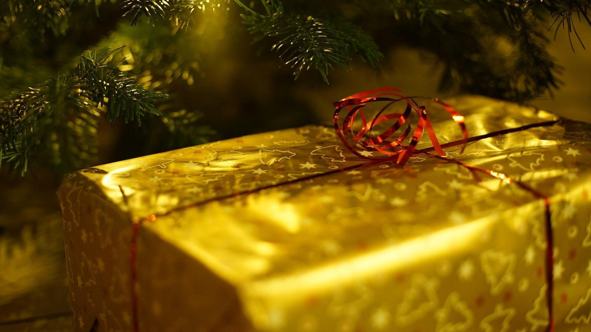 Luxusgeschenke für Weihnachten als Highlight unter dem Tannenbaum.