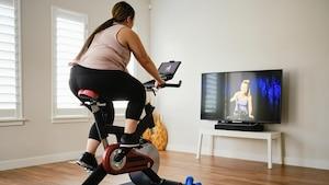 Vor dem Fernseher Sport treiben: Mit einem Ergometer ist dies kein Problem.