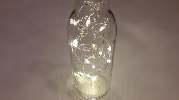 Nachdem Sie mit allem fertig sind, können Sie Ihre Flaschenlampe verschließen und aufstellen.