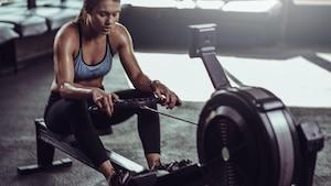An einem Rudergerät trainieren sie den ganzen Körper effektiv.