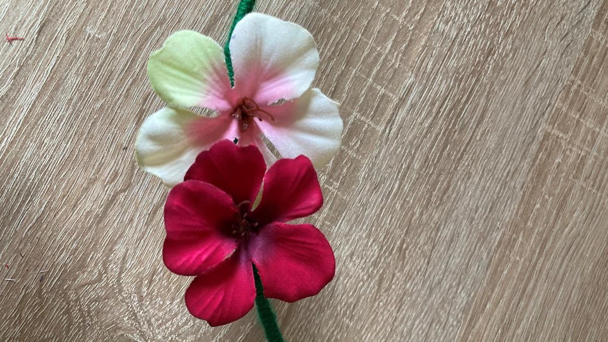 Entscheiden Sie, welche Blumen nebeneinander sollen und befestigen Sie etwas überlappend.