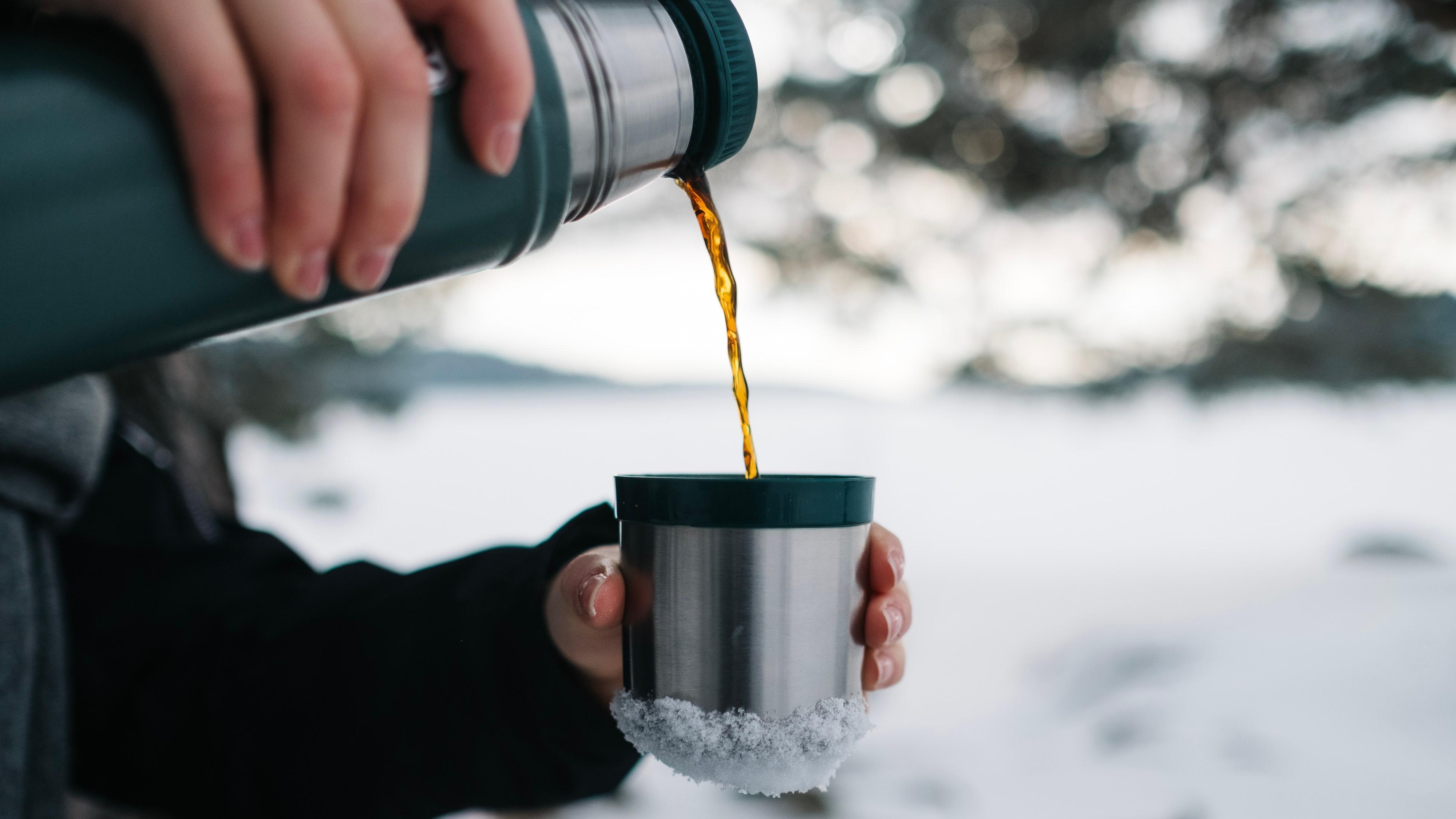 Thermoskannen sind ideale Begleiter für den Winter: So nutzen Sie sie richtig.