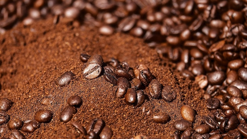 Ein Peeling kann mit Kaffeesatz ganz einfach selbst gemacht werden