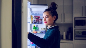 Eine Kühl-Gefrierkombination in der Küche ist praktisch.