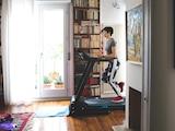 Wer zu Hause den Platz hat, kann mit einem Laufband unabhängig vom Wetter jederzeit die Ausdauer trainieren.