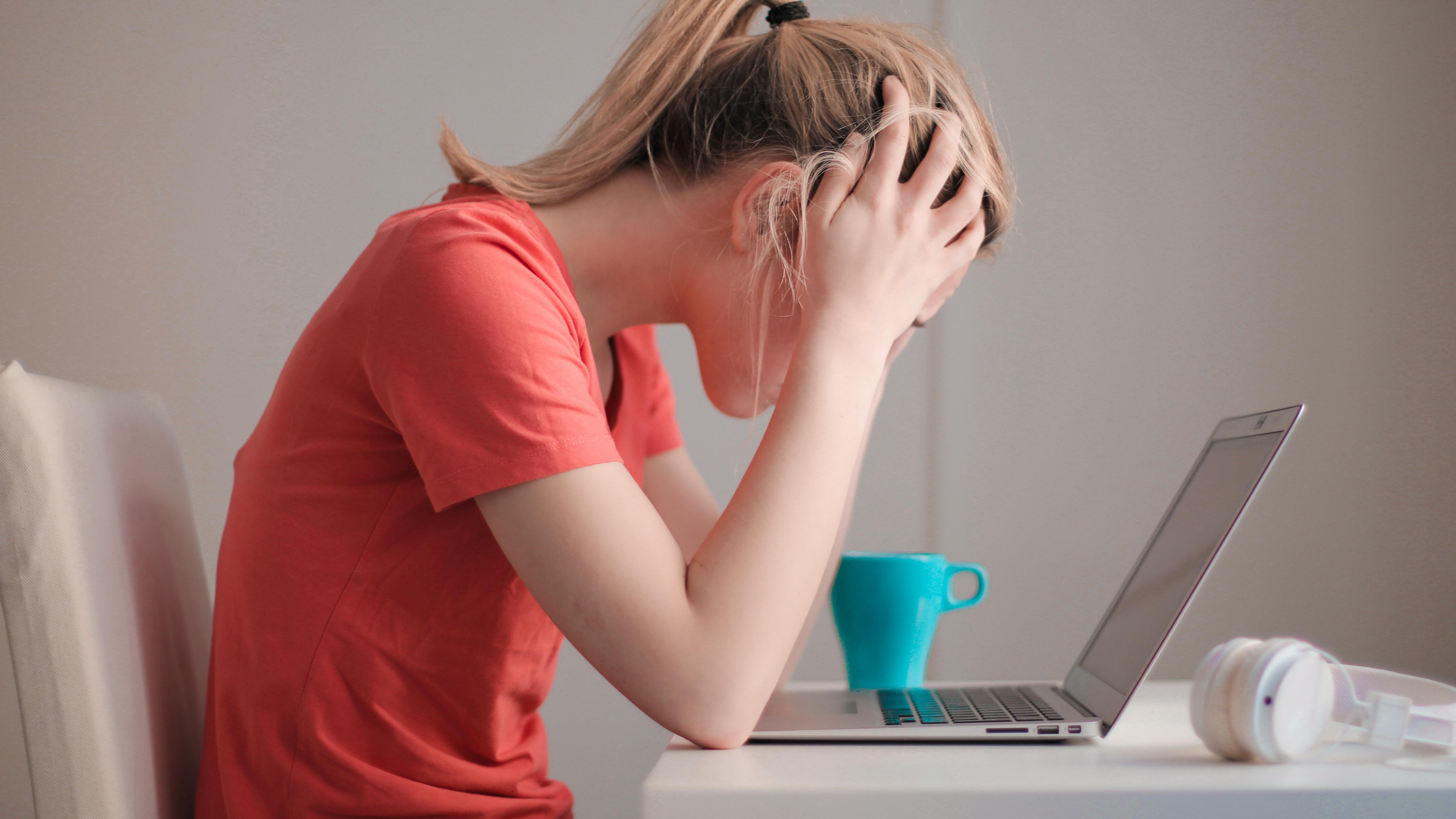 Stress kann dafür sorgen, dass die Periode überfällig ist, obwohl man nicht schwanger ist.