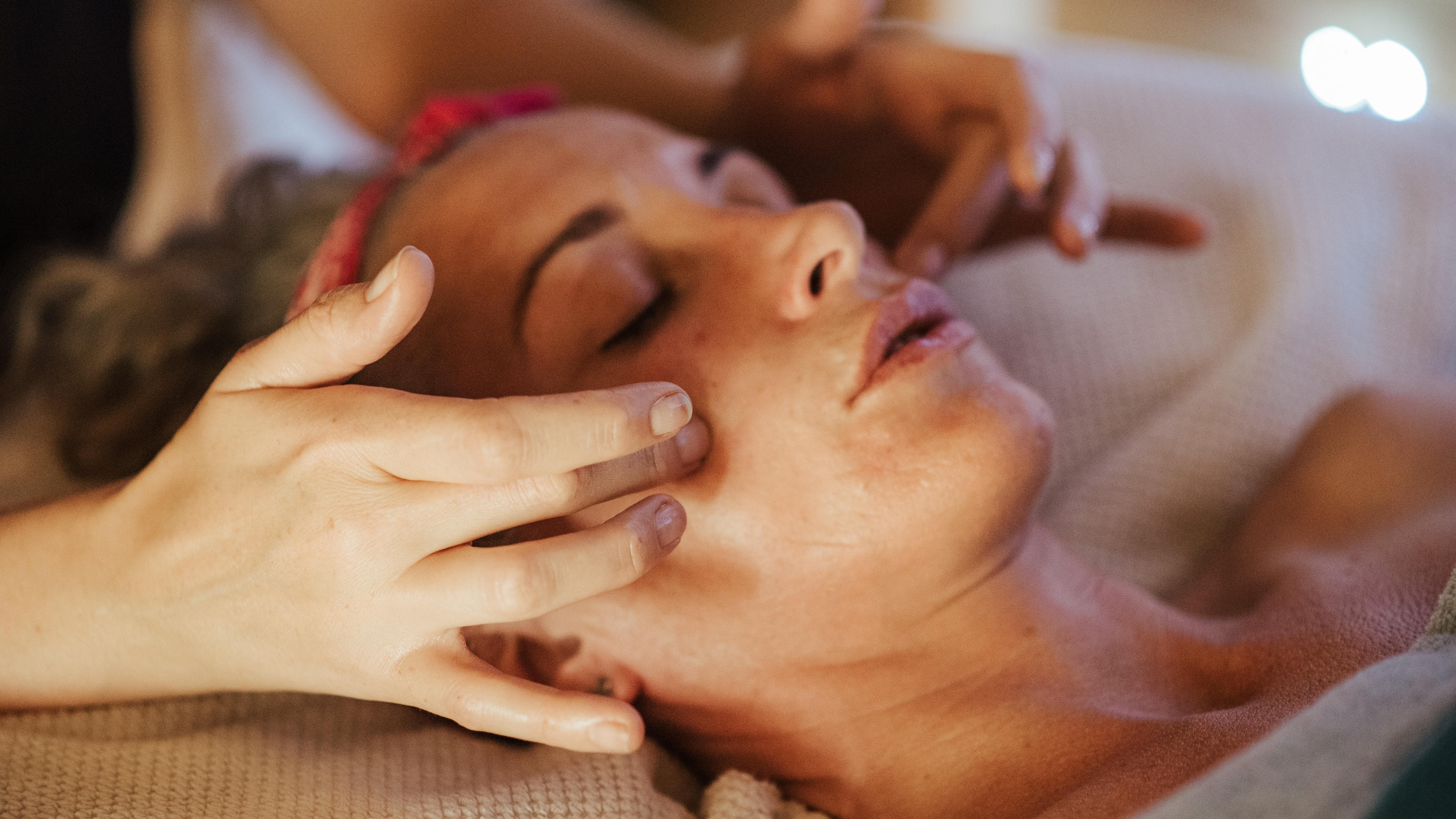 Bei einem geschwollenen Gesicht kann eine Gesichtsmassage helfen.