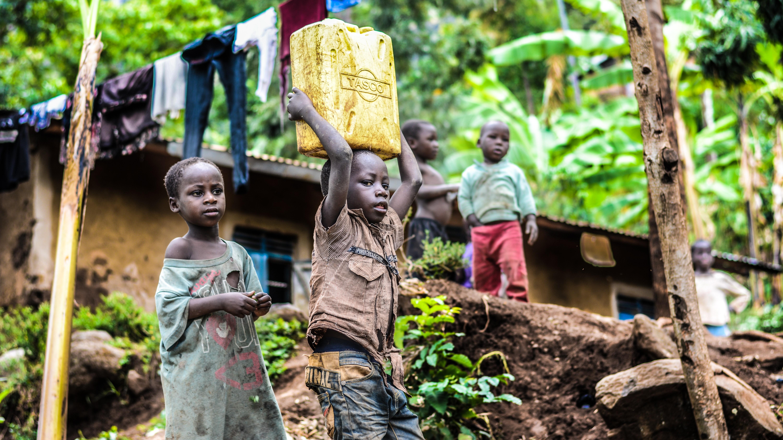 Einer der Vorteile von Fairtrade ist, dass Kinderarbeit reduziert wird und Kinder von kooperierenden Bauern häufig kostenlose Schulbildung erhalten. Es gibt aber auch Nachteile.