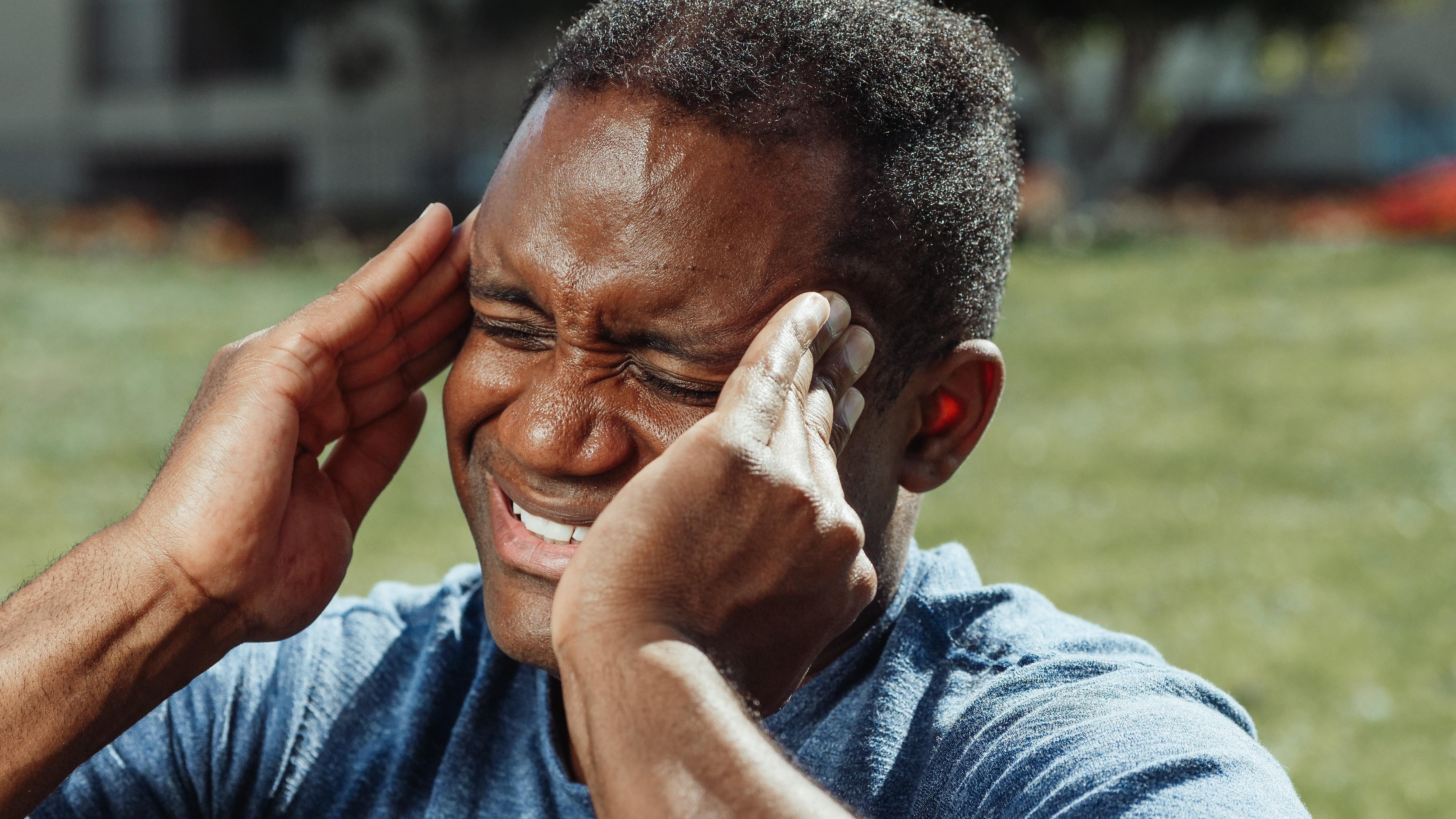 Kopfschmerzen bei Hitze lassen sich mit ein paar Tipps gut in den Griff kriegen.
