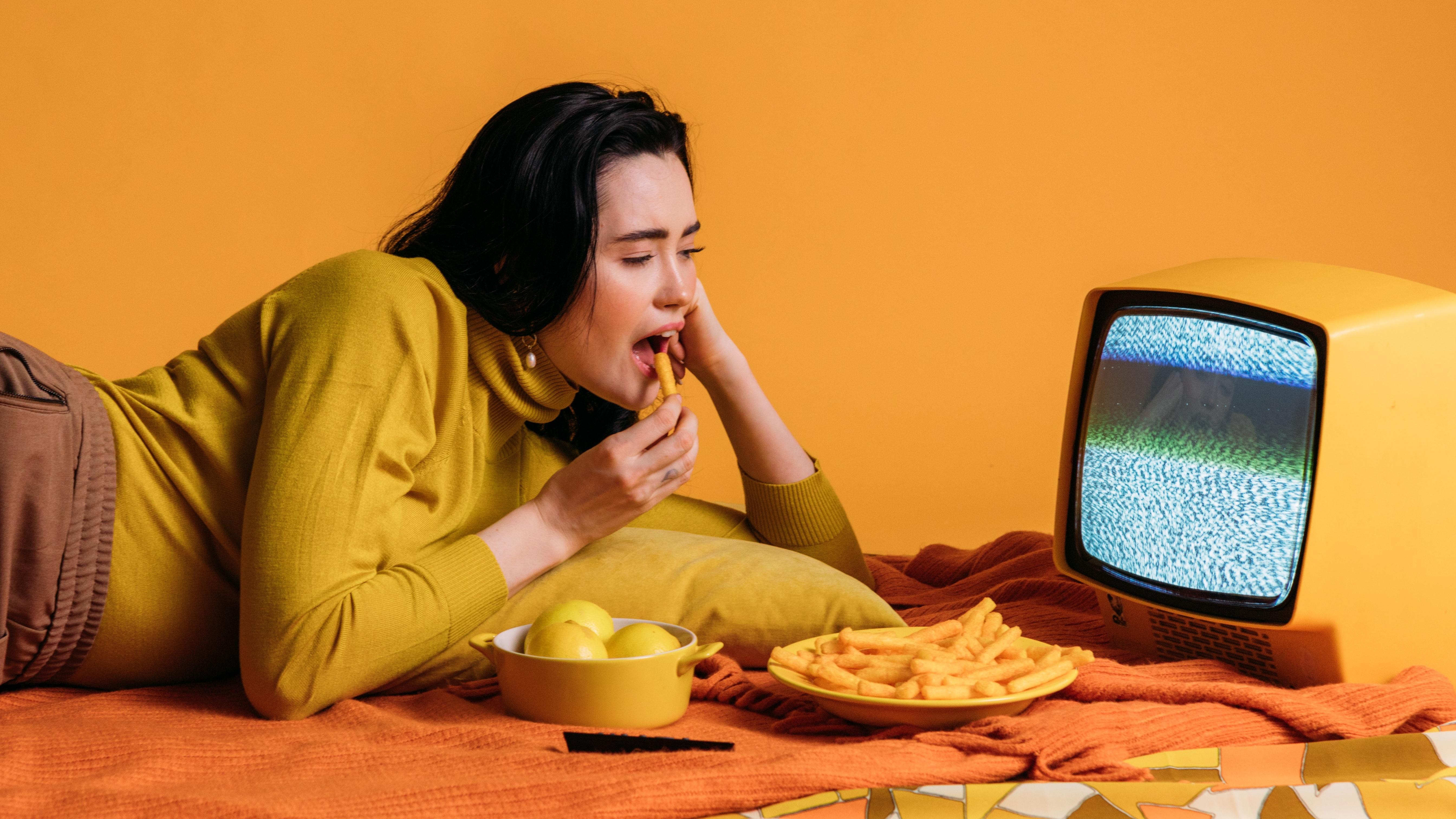 Um die Essgewohnheiten nachhaltig zu ändern, sollte man vor allem auf Snacks zwischendurch verzichten.