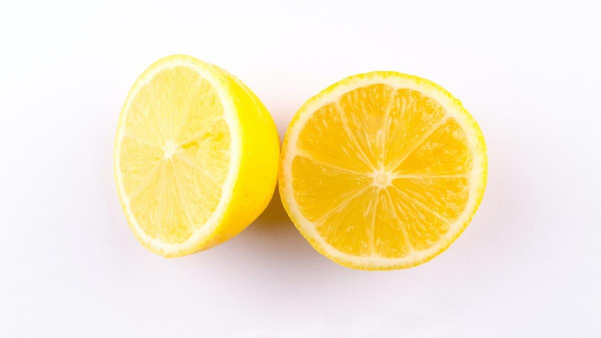 Die Zitrone ist ein effektives Hausmittel gegen Schwitzen.