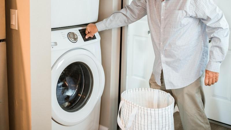 Um ein Mousepad richtig zu waschen, kann ein Waschgang in der Maschine hilfreich sein.