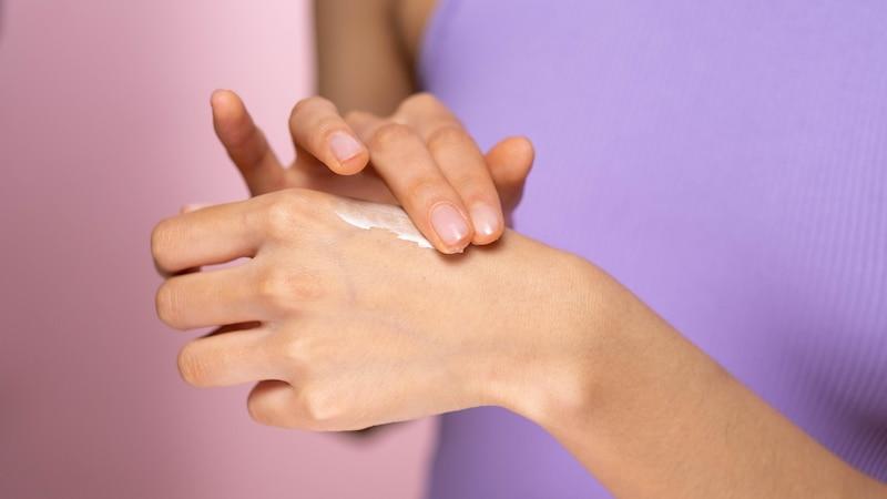 Trockene Hände können Sie mit einigen Hausmitteln gut in den Griff bekommen.