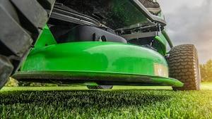 Rasentraktoren und Aufsitzmäher eignen sich perfekt für größere Rasenflächen.