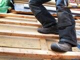 Dachdecker – wie hier im Bild, Bauarbeiter und auch andere gefährliche Berufe verlangen den Einsatz von Sicherheitsschuhen.