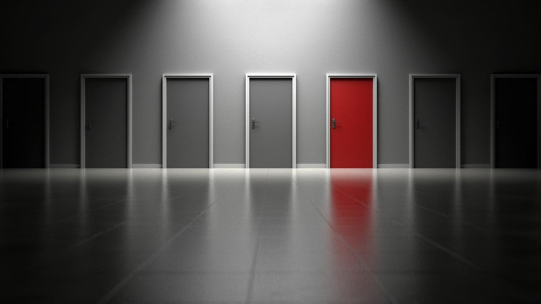 Klebereste von Türen zu entfernen funktioniert mittels verschiedener Hausmittel.