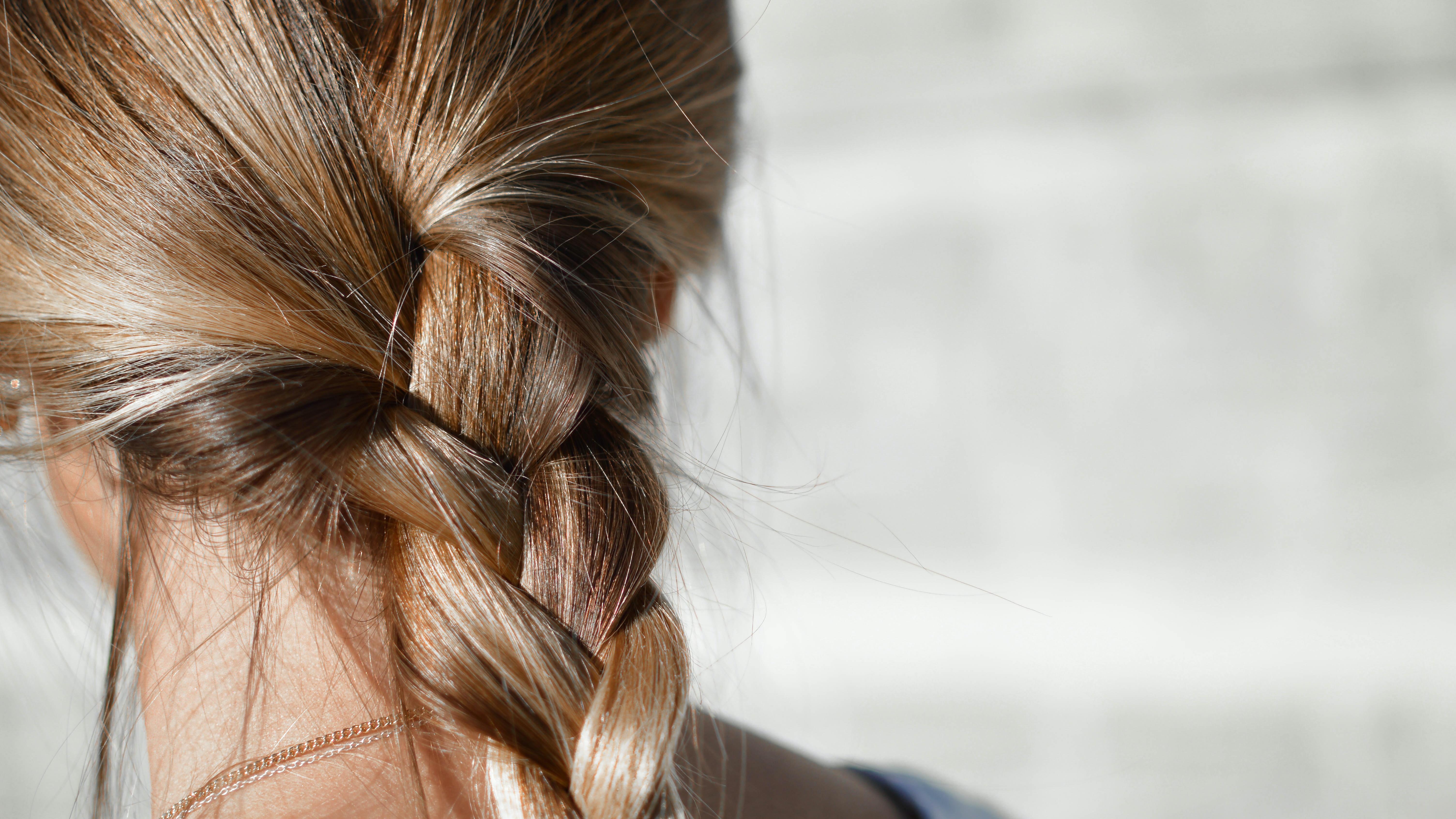 Trockene Haare: Diese Hausmittel und Pflegetipps helfen