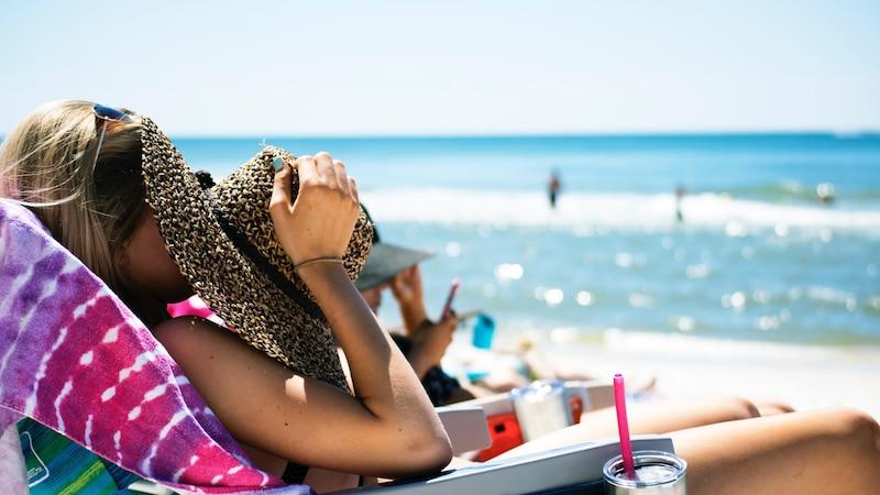 Auch wenn Sie schnell braun werden möchten, sollten Sie immer Sonnencreme auftragen, um Ihre Haut vor langfristigen Schäden zu schützen.