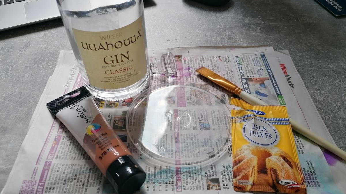 Für Trash-Terracotta benötigen Sie alte Gläser, Acrylfarbe, Pinsel und Backpulver. Arbeiten Sie am besten auf Plastik und Zeitungspapier.