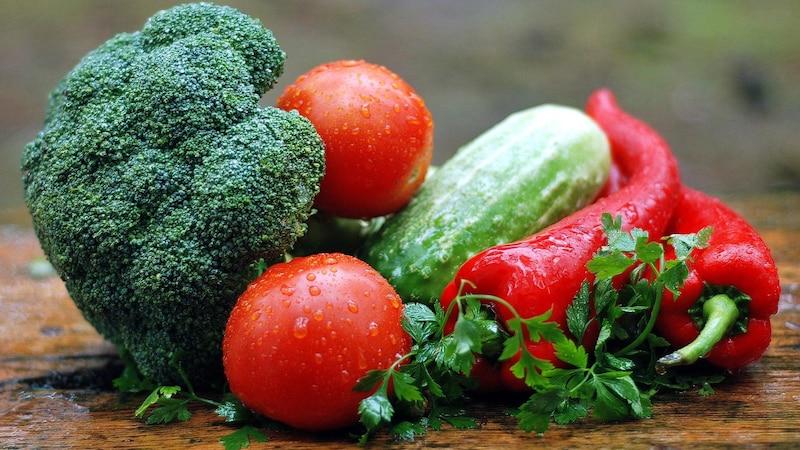 Nachhaltigkeit im Alltag: Ernähren Sie sich grüner mit unverpacktem, regionalem Gemüse und weniger Tierprodukten.