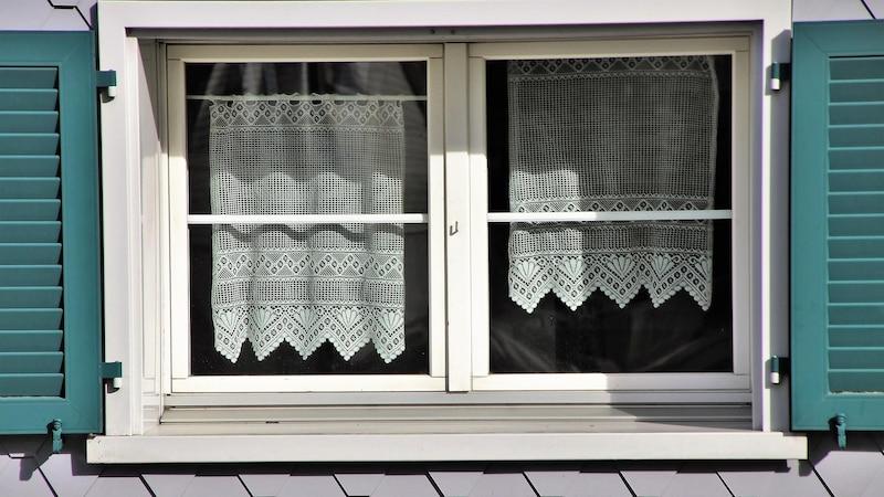 Aufkleber-Rückstände von Kunststoff-Fensterrahmen entfernen