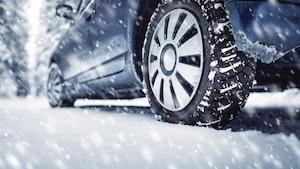 Bei Schnee und Eis sollten Sie auf jeden Fall auf Winterreifen setzen.