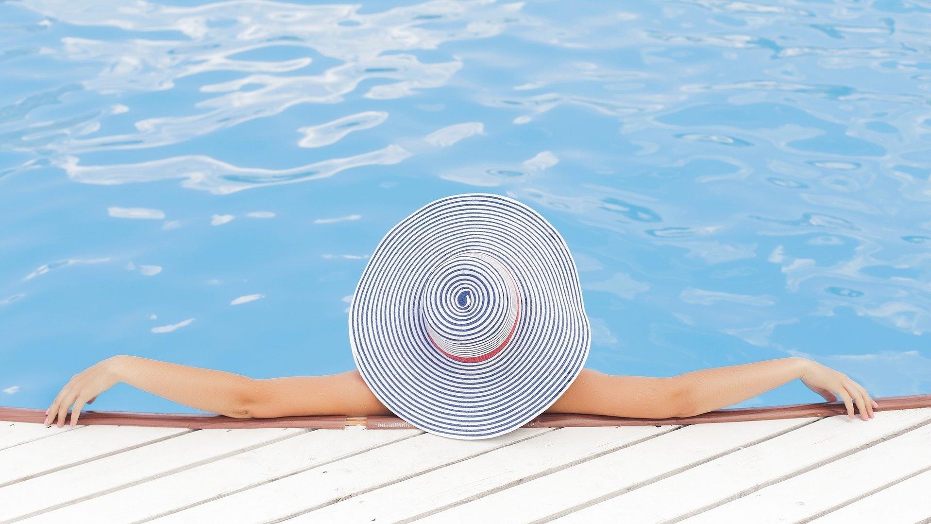 Für die ersten Aquagymnastik-Übungen legen Sie die Arme auf den Beckenrand.