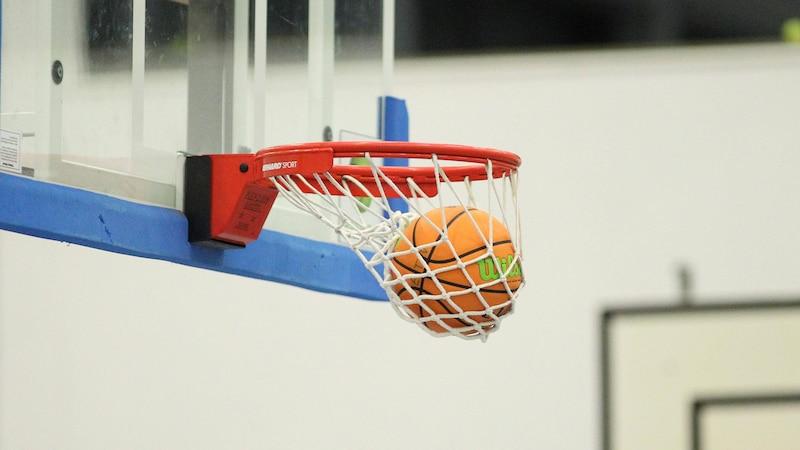 Die 3-Sekunden-Regel im Basketball besagt, dass sich Spieler der angreifenden Mannschaft nicht länger als drei Sekunden in der gegnerischen Zone aufhalten dürfen.