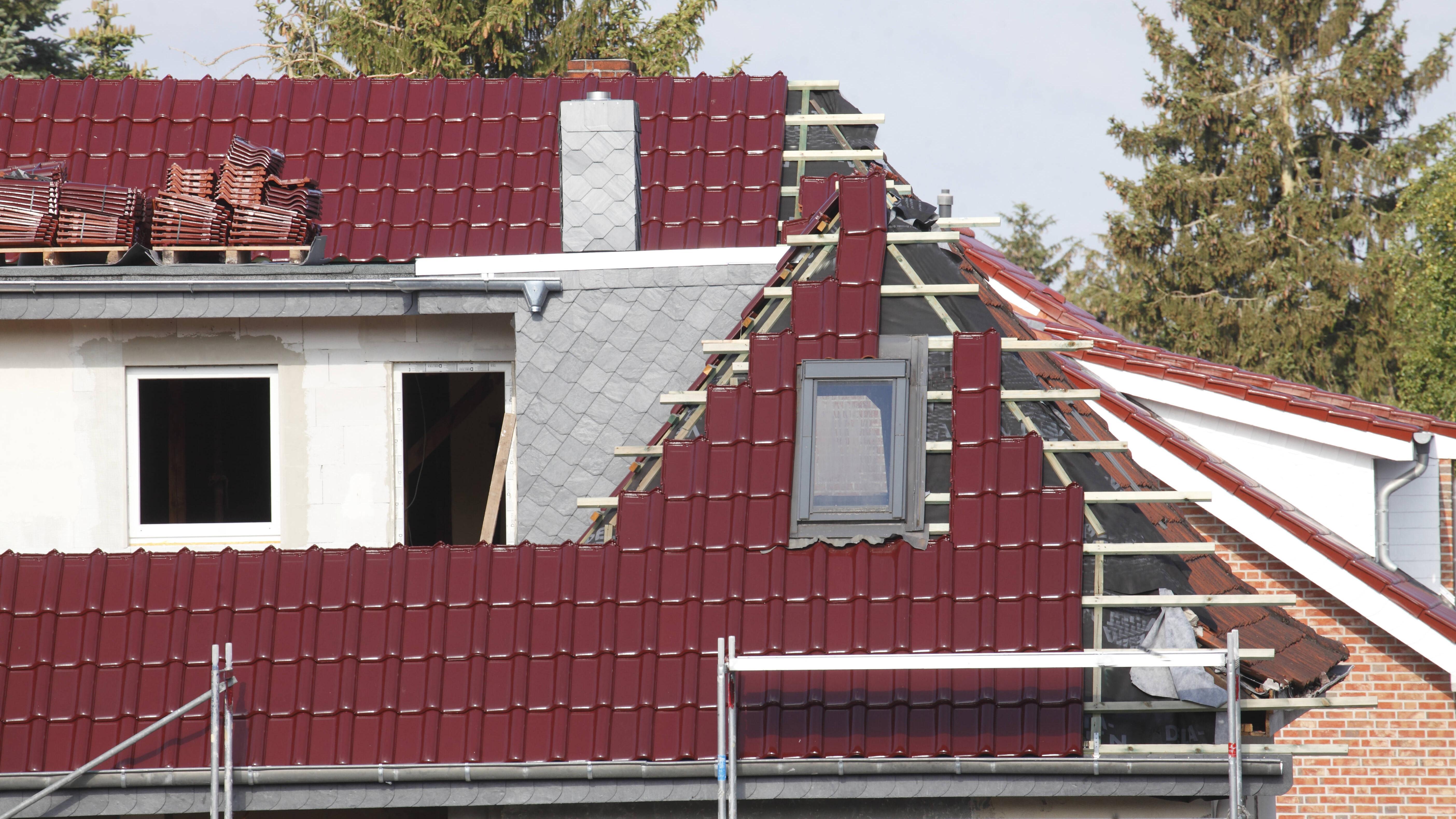 Achten Sie auf die eigene Sicherheit, wenn Sie ihr Dach reparieren.