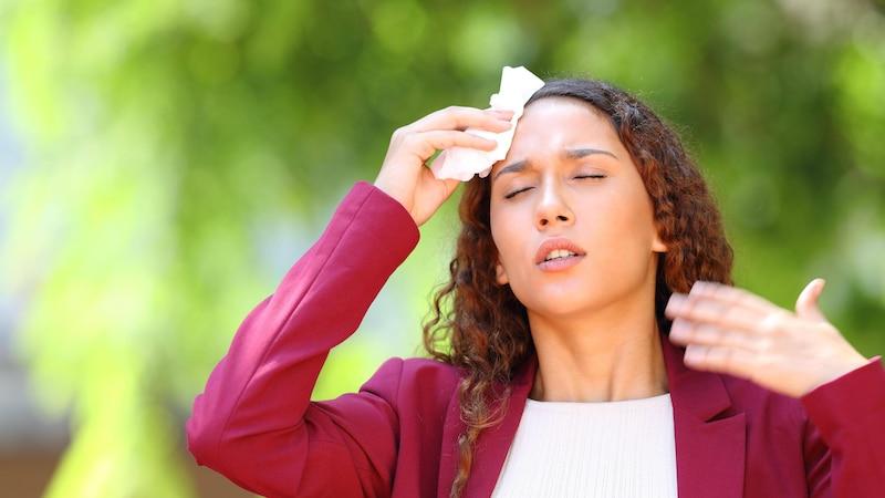 Schwitzen bei Kälte: Daran kann es liegen