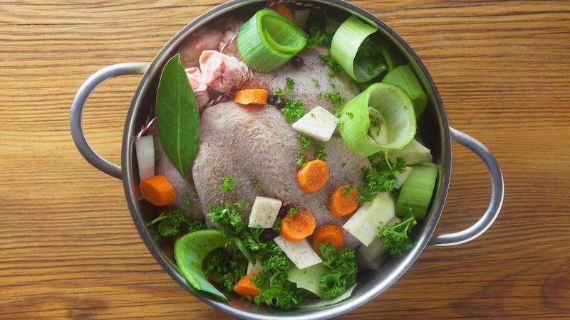 Hühnerbrühe selber zu machen ist ganz einfach.