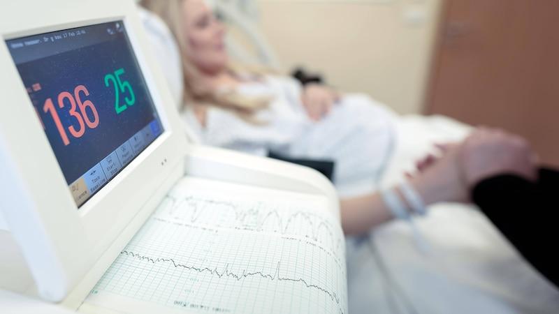 Wenn die Wehen alle 10 Minuten kommen, ist es Zeit, ins Krankenhaus zu fahren.