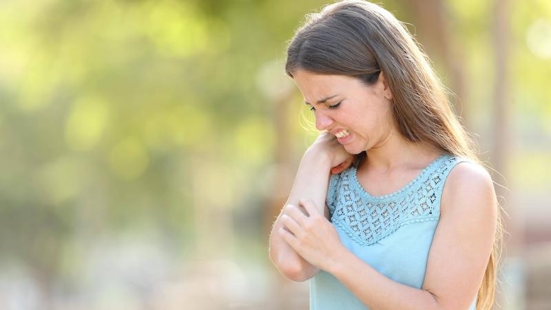 Starker Juckreiz ist ein typisches Symptom für Cholinergische Urtikaria.